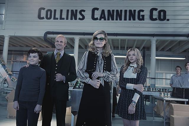 Still of Michelle Pfeiffer, Jonny Lee Miller, Chloë Grace Moretz and Gulliver McGrath in Dark Shadows