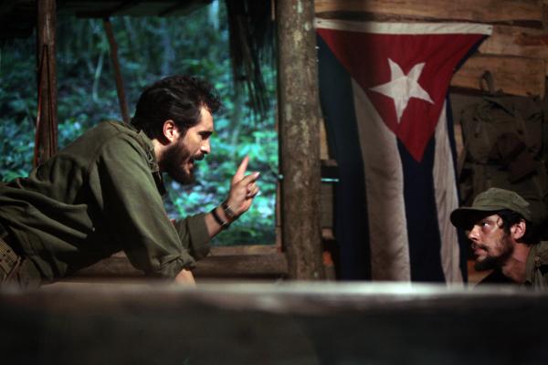 Benicio Del Toro and Demián Bichir in Che: Part One (2008)