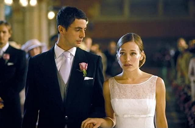 Piper Perabo and Matthew Goode in Imagine Me & You (2005)