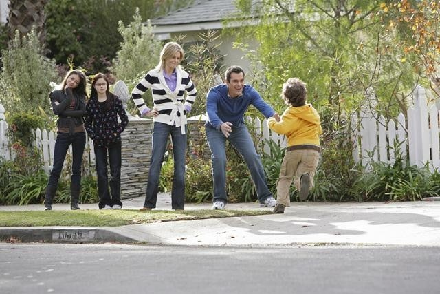 Julie Bowen, Ty Burrell, Sarah Hyland, Ariel Winter, and Nolan Gould in Modern Family (2009)