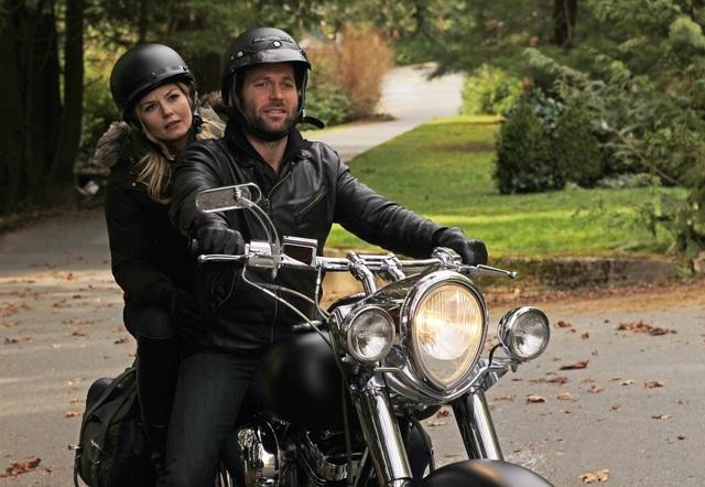 Eion Bailey and Jennifer Morrison in Once Upon a Time (2011)