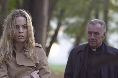 Philip Baker Hall and Melissa George in The Amityville Horror (2005)