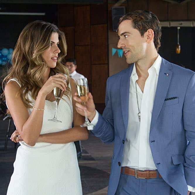 Stephanie Cayo and Luis Gerardo Méndez in Club de Cuervos (2015)