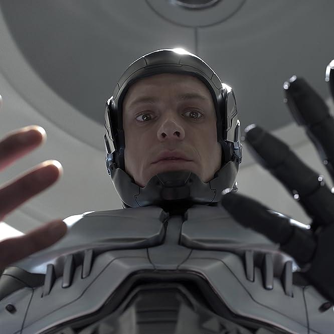 Joel Kinnaman in RoboCop (2014)