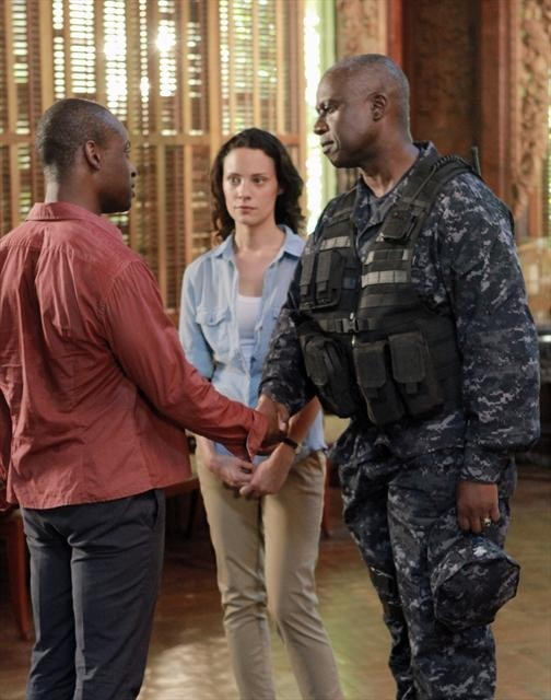 Andre Braugher and Sahr Ngaujah in Last Resort (2012)