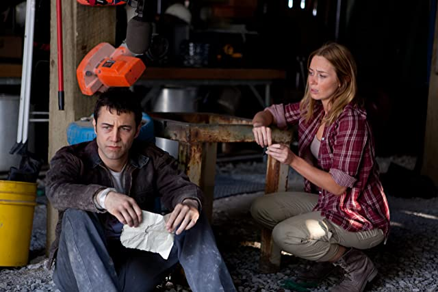 Joseph Gordon-Levitt and Emily Blunt in Looper (2012)