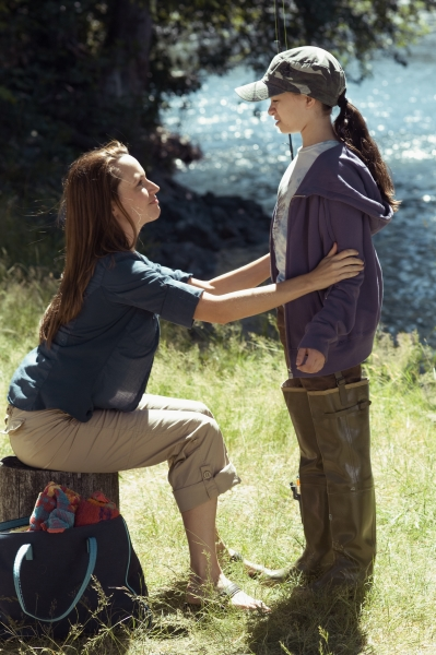 Jodelle Ferland and Julie Ann Emery in Pictures of Hollis Woods (2007)
