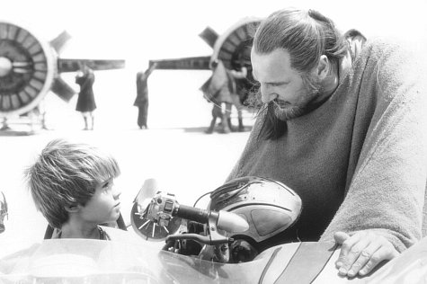 Liam Neeson and Jake Lloyd in Star Wars: Episode I - The Phantom Menace (1999)