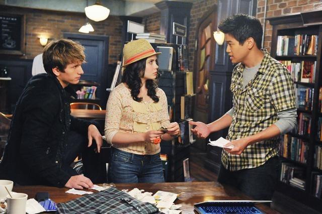 Ki Hong Lee and Grace Phipps in The Nine Lives of Chloe King (2011)