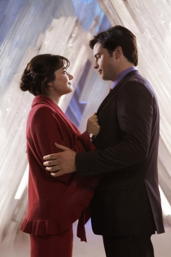 Tom Welling and Erica Durance in Smallville (2001)