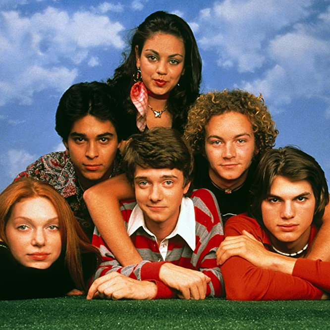 Mila Kunis, Ashton Kutcher, Danny Masterson, Wilmer Valderrama, Topher Grace, and Laura Prepon in That '70s Show (1998)