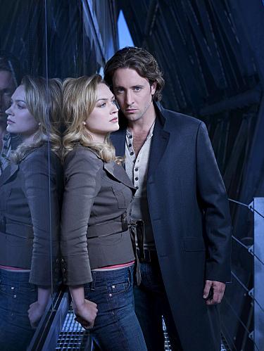 Sophia Myles and Alex O'Loughlin in Moonlight (2007)