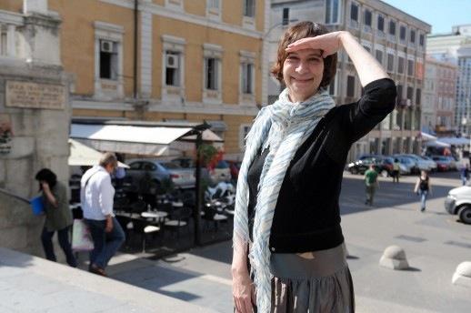 amanda plummer in yugoslavia for press pf upcoming play