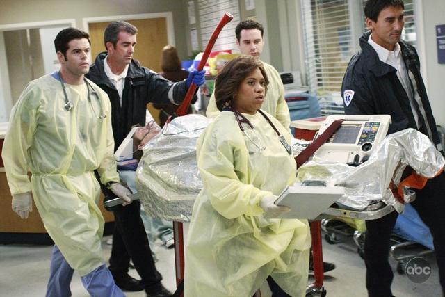 Chandra Wilson and Robert Baker in Grey's Anatomy (2005)
