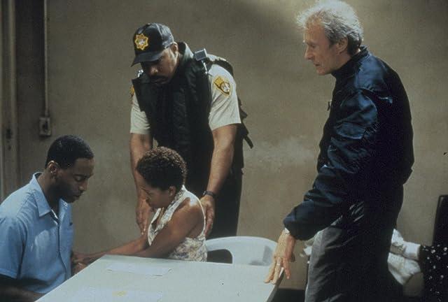 Clint Eastwood, LisaGay Hamilton, and Isaiah Washington in True Crime (1999)