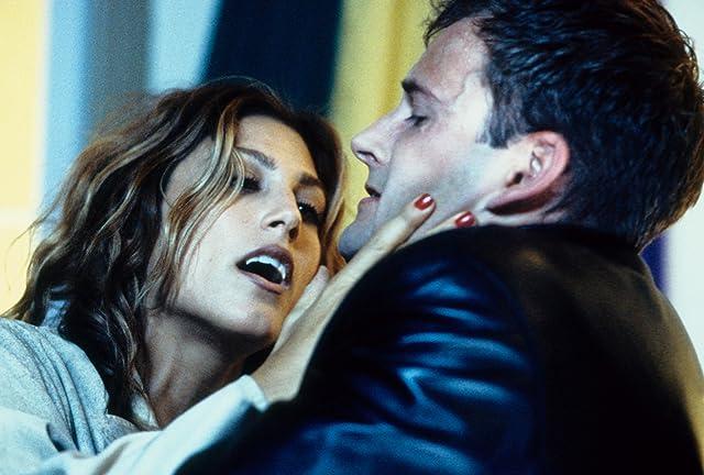 Jonny Lee Miller and Jennifer Esposito in Dracula 2000 (2000)