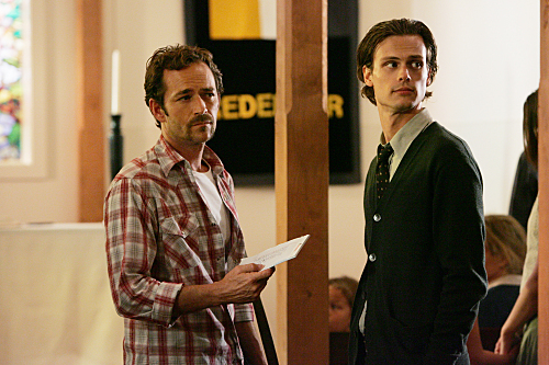 Luke Perry and Matthew Gray Gubler in Criminal Minds (2005)