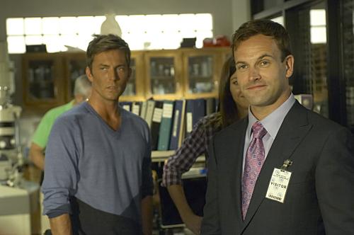 Jonny Lee Miller and Desmond Harrington in Dexter (2006)