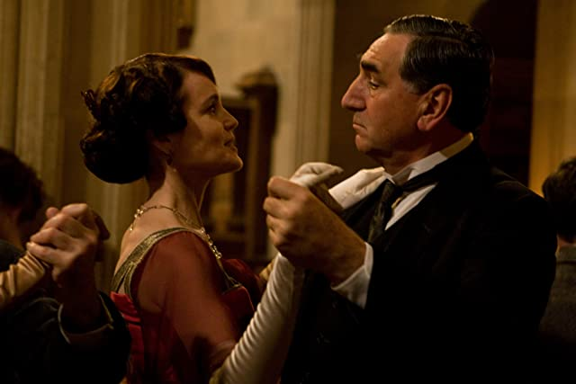 Elizabeth McGovern and Jim Carter in Downton Abbey (2010)