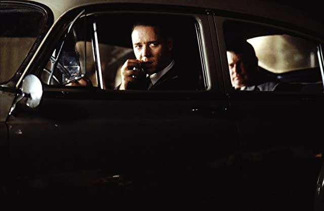 Russell Crowe and Graham Beckel in L.A. Confidential (1997)