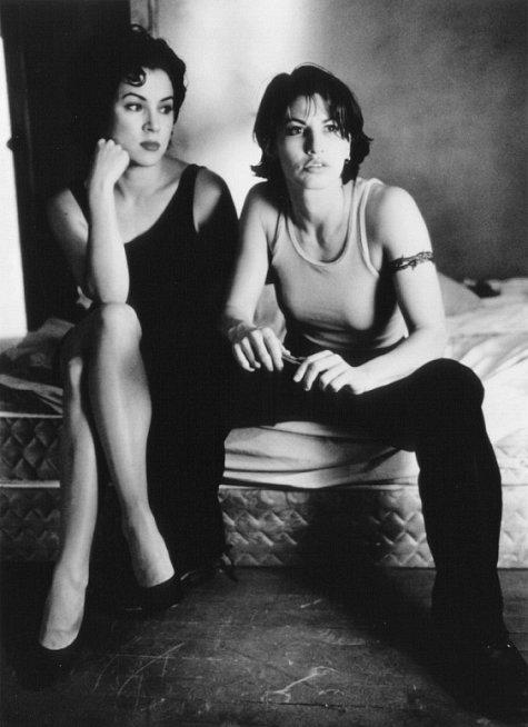 Gina Gershon and Jennifer Tilly in Bound (1996)