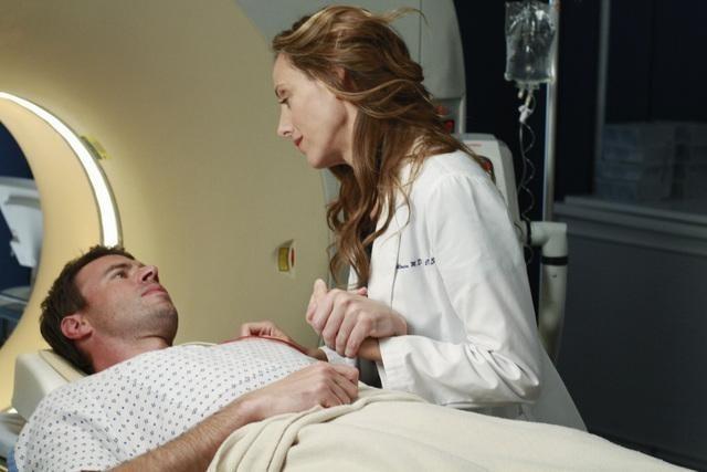 Scott Foley and Kim Raver in Grey's Anatomy (2005)