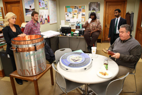 Amy Poehler and Chris Pratt in Parks and Recreation (2009)