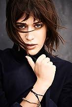Lizzy Caplan's primary photo