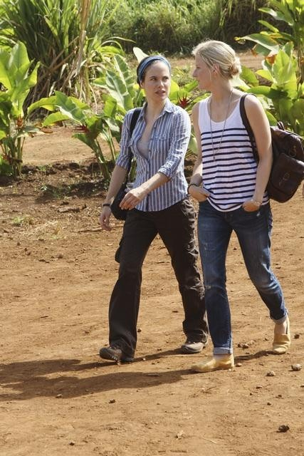 Caroline Dhavernas and Mamie Gummer in Off the Map (2011)