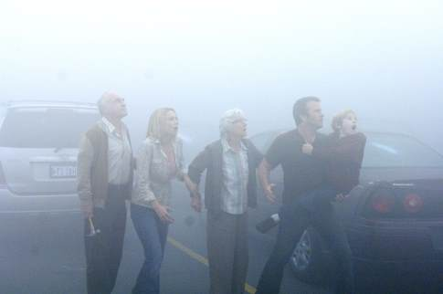 Thomas Jane, Jeffrey DeMunn, Laurie Holden, Frances Sternhagen, and Nathan Gamble in The Mist (2007)