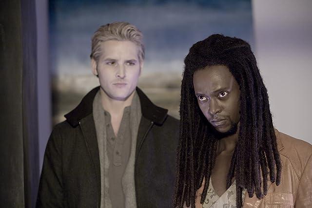 Peter Facinelli and Edi Gathegi in Twilight (2008)