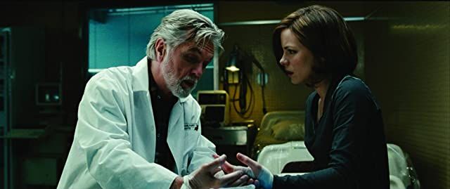 Kate Beckinsale and Tom Skerritt in Whiteout (2009)