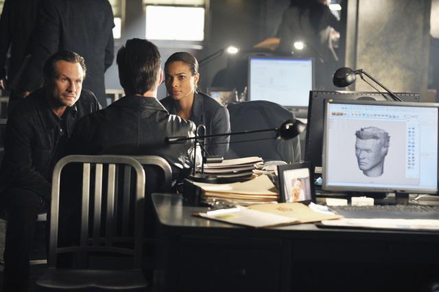 Christian Slater and Rochelle Aytes in The Forgotten (2009)