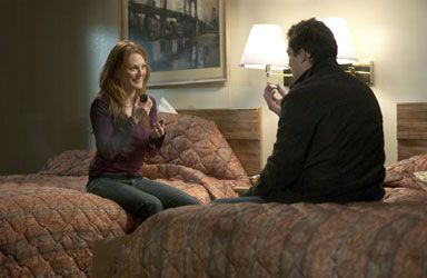 Julianne Moore and Dominic West in The Forgotten (2004)