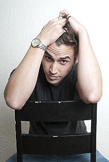 Aktori Dylan Edy