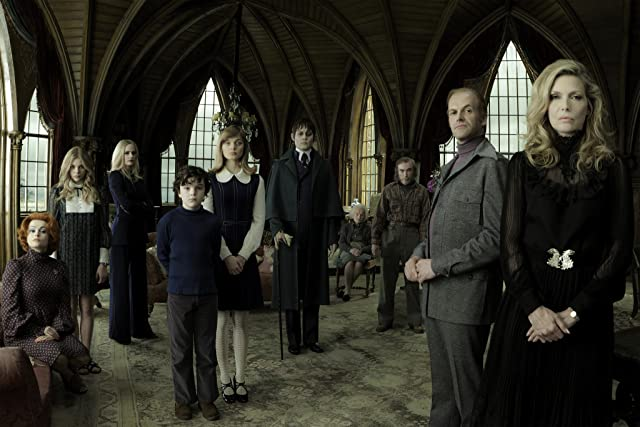 Johnny Depp, Michelle Pfeiffer, Helena Bonham Carter, Jonny Lee Miller, Jackie Earle Haley, Eva Green, Chloë Grace Moretz, Bella Heathcote, Gulliver McGrath, and Ray Shirley in Dark Shadows (2012)