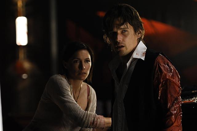 Ethan Hawke and Claudia Karvan in Daybreakers (2009)