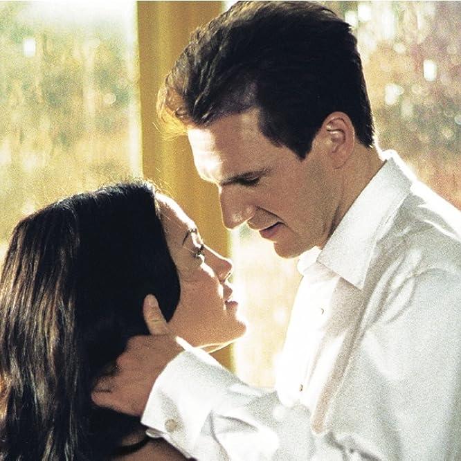 Ralph Fiennes and Jennifer Lopez in Maid in Manhattan (2002)