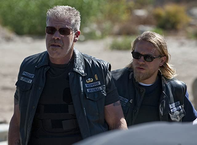 Ron Perlman and Charlie Hunnam in Sons of Anarchy (2008)