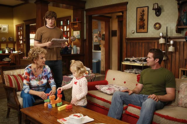 Cloris Leachman, Garret Dillahunt, Lucas Neff, and Rylie Cregut in Raising Hope (2010)