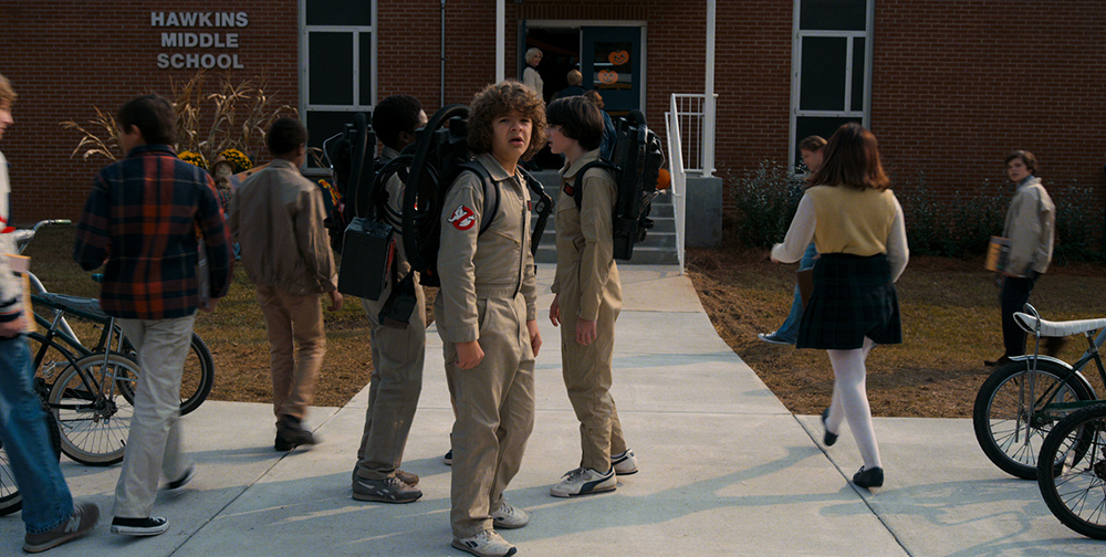 Dustin in een Ghostbusters outfit in Stranger Things 2