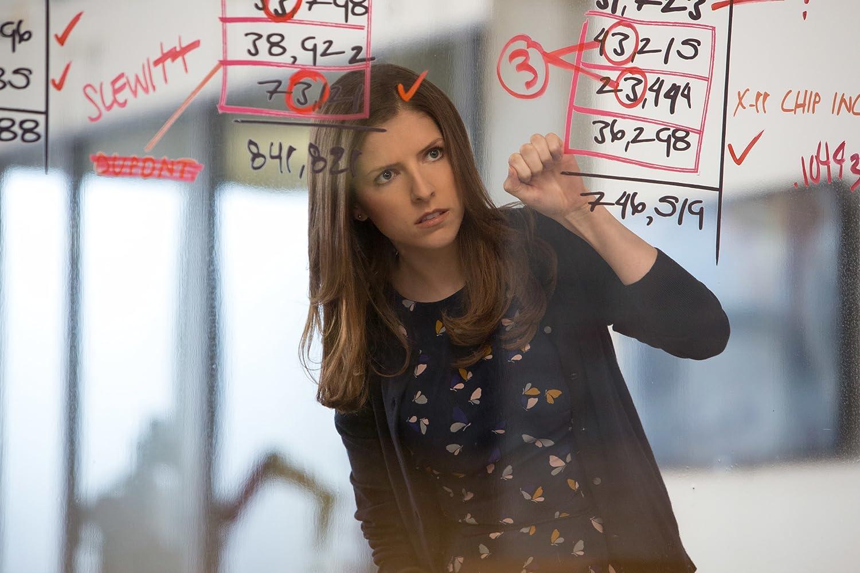 Anna kendrick no papel de Dana Cummings secretaria da empresa cedida para ajudar Christian
