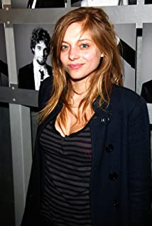 Aktori Lizzie Brocheré