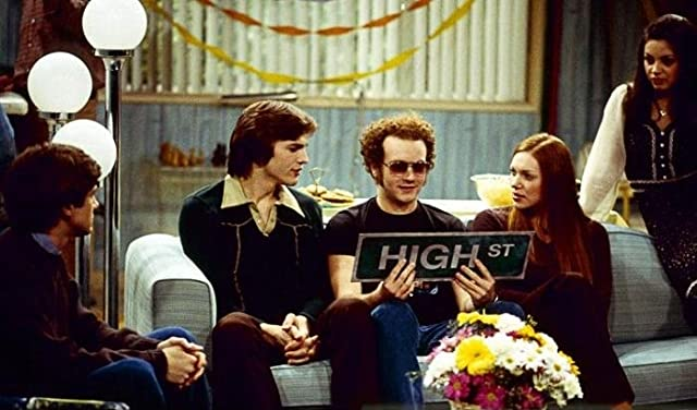 Mila Kunis, Ashton Kutcher, Danny Masterson, Topher Grace, and Laura Prepon in That '70s Show (1998)