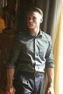 Aktori Tom Stevens