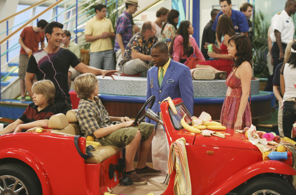 Phill Lewis, Kim Rhodes, Cole Sprouse, Dylan Sprouse, and Robert Torti in The Suite Life on Deck (2008)