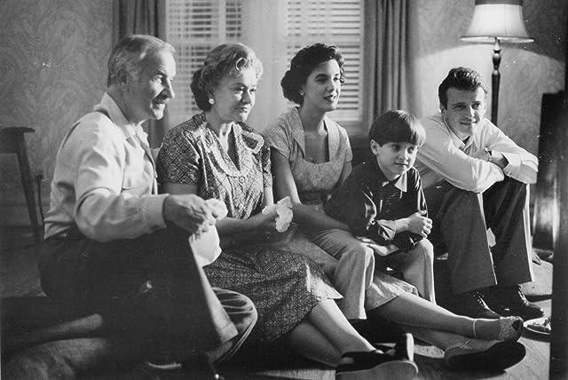 Armin Mueller-Stahl, Elizabeth Perkins, Aidan Quinn, and Joan Plowright in Avalon (1990)