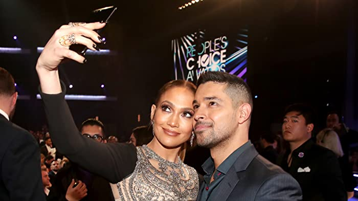 Jennifer Lopez and Wilmer Valderrama at an event for The 43rd Annual People's Choice Awards (2017)