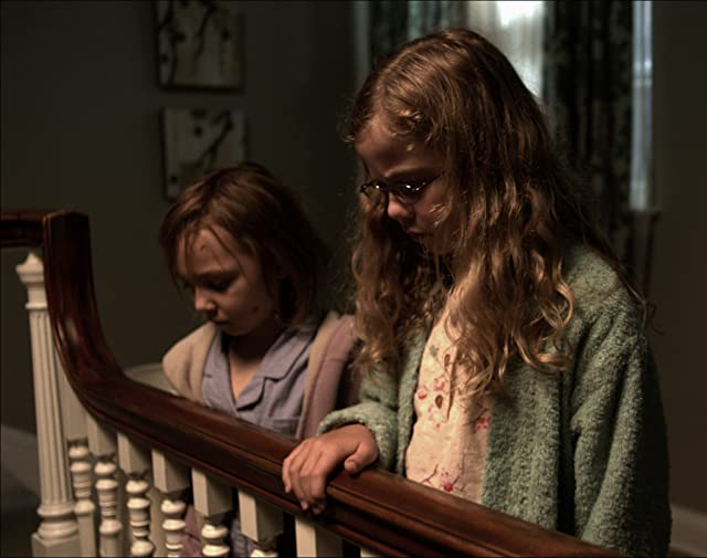 Megan Charpentier and Isabelle Nélisse in Mama (2013)