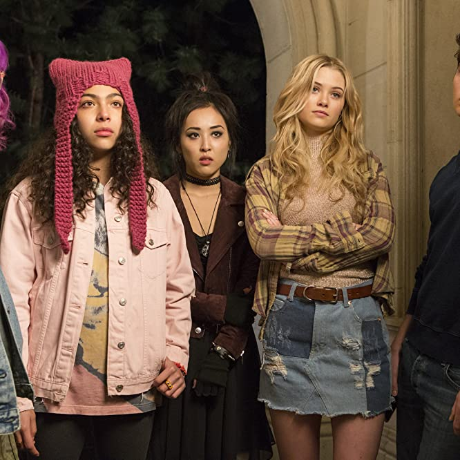 Gregg Sulkin, Ariela Barer, Lyrica Okano, Virginia Gardner, and Allegra Acosta in Runaways (2017)